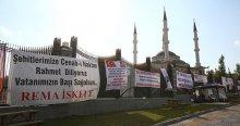 Erdoğan'a desteğini pankart ve karikatürlerle gösterdi