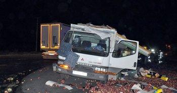 Kamyon otomobile çarptı, 2 ölü 1 yaralı