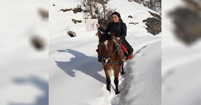 Karne dağıtmak için at sırtında köy okuluna gitti